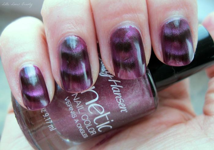 Sally Hansen Magnetic Nail Colors in 905 Red-y Response en 906 Ionic Indigo